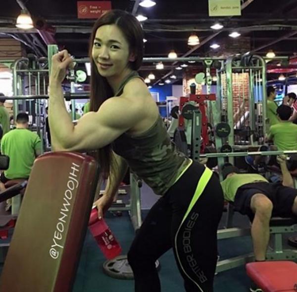 26歲甜美女「渾身都是肌肉」比男生還猛 穿女僕裝秀二頭肌「原來她私下有3種身分」-華夏娛樂360